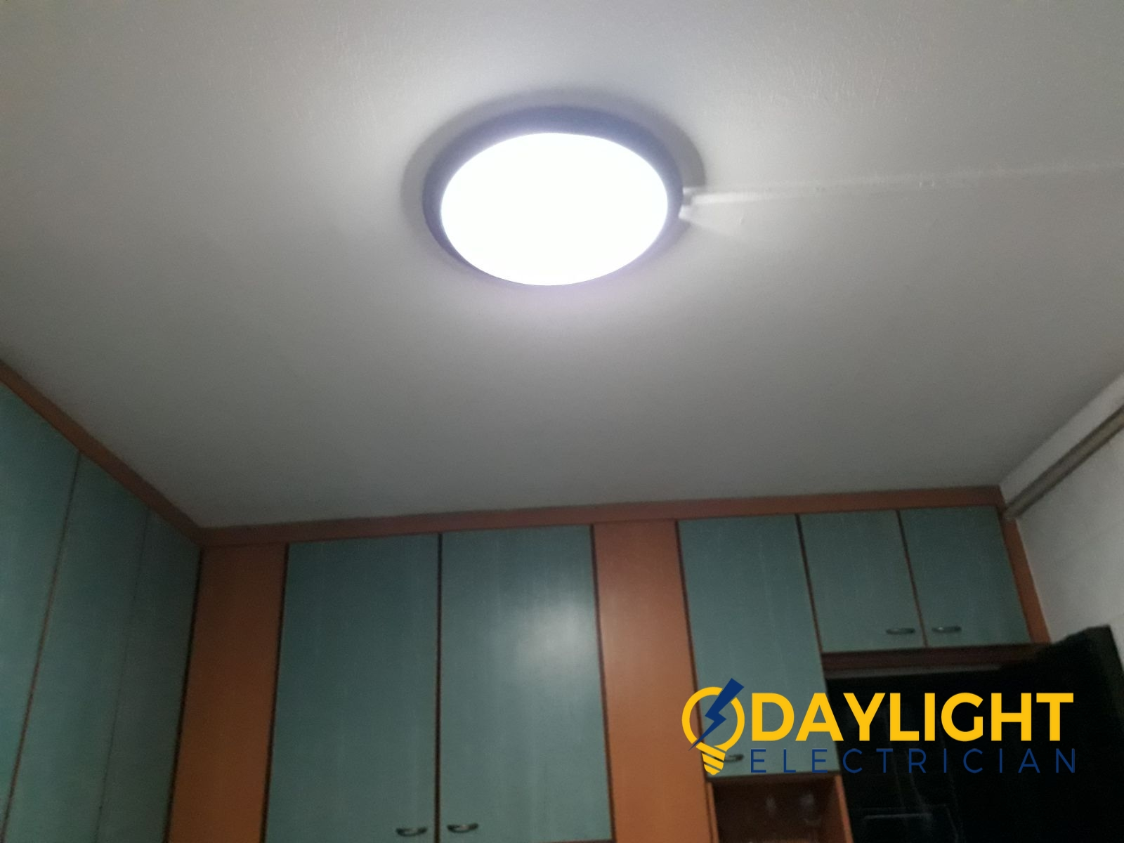 Change-round-fluorescent-tube-to-LED-bulb-HDB-electrician-singapore-4_wm